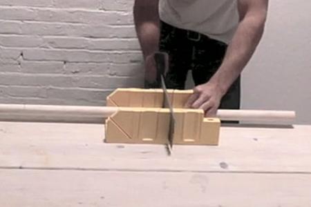 Đầu tiên, bạn tìm kiếm và cưa ba thanh gỗ có kích thước bằng nhau, dạng thanh trụ trònhoặc hình dáng khác tùy đồ có sẵn.