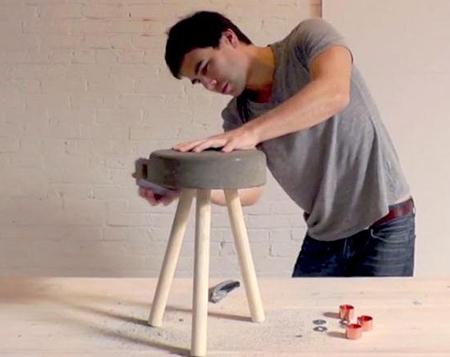 Sau khoảng một ngày, bê tông đã khô và dễ dàng tách rời khỏi thùng. Bạn lấy sản phẩm ra, sử dụng giấy ráp để làm mịn bề mặt ghế.