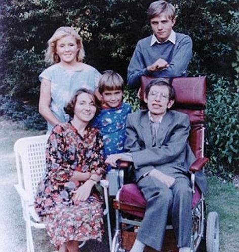 Stephen Hawking bên vợ và 3 đứa con.