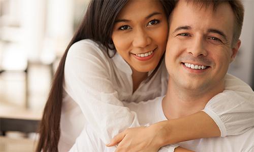 Người châu Á thường cho rằng các cô gái da nâu không xinh đẹp bằng người có làn da trắng.Ảnh minh họa: AJC.