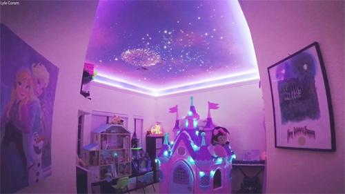 Bố mẹ tự trang trí phòng của bé Shelby thành không gian lung linh, lãng mạn. Ảnh: ABC.