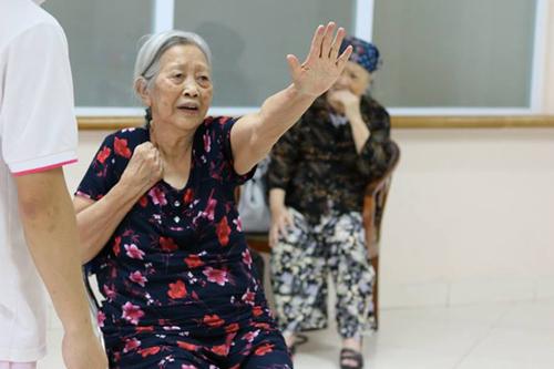 Tuổi 88, bà Dung có sức khỏe khá tốt và luôn cố gắng tự chăm sóc cho mình, không cần giúp đỡ của điều dưỡng. Ảnh: Viện dưỡng lão Diên Hồng.