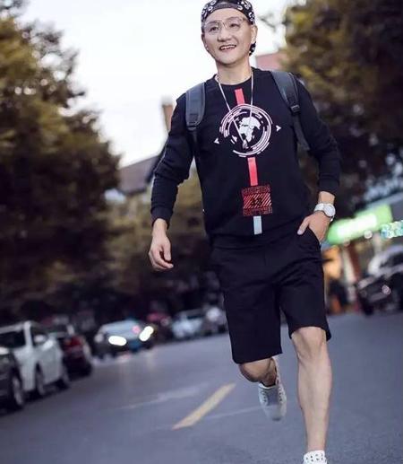 Phong cách ăn mặc cũng là điểm cộng lớn giúp ông Hu Hai trẻ hơn nhiều so với độ tuổi của mình.