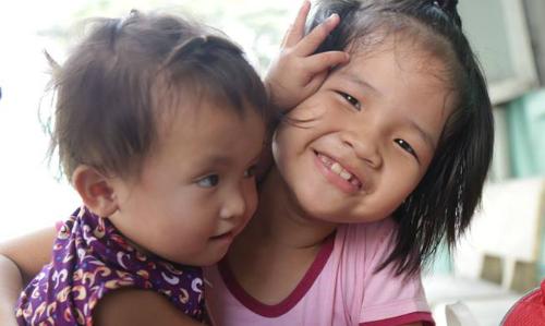 Vì bố mẹ nghèo nên bé Linh không được đi học. Hồi 6 tuổi, em đã đi lạc một lần nhưng được tìm thấy ngay trong ngày. Ảnh: Phan Thân.