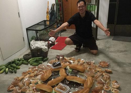 Daniel kiếm được nhiều đồ còn dùng được, ăn được từ thùng rác. Ảnh: aseanbreakingnews.