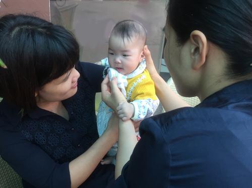 Chị Linh coi 3 đứa trẻ như con ruột của mình.