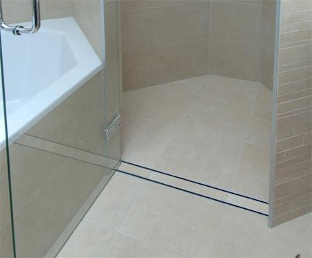 Dải gạch nằm giữa khu tắm đứng và phía bên ngoài chính là nơi thoát nước chung.