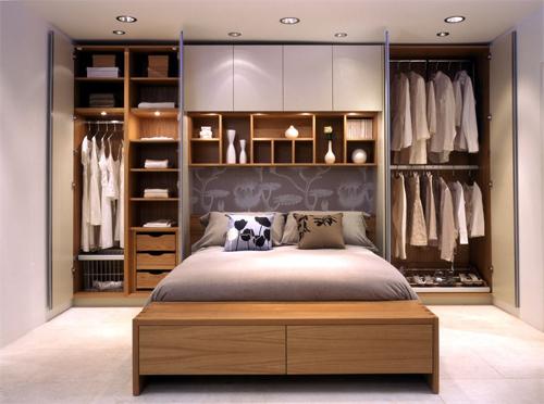 Gia chủ cần xác định rõ các loại đồ cần để ở từng ngăn trước khi đóng hệ tủ kệ lớn. Ảnh minh họa: Domus Design.