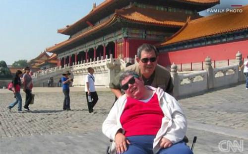 Ông Andy không ngại đẩy vợ trên xe lăn đi khắp 7 châu lục. Ảnh: CNN.