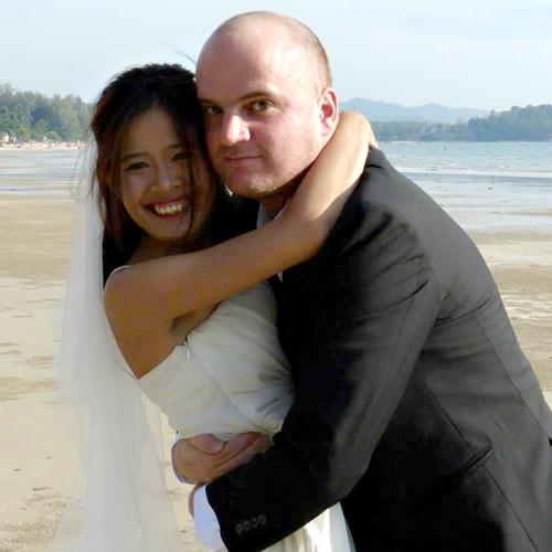 Đôi vợ chồng cưới khi cả hai không có nhiều tiền, nên tự chụp
