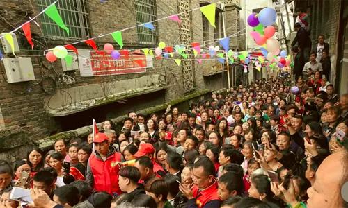 Cuộc hội ngộ của Wang với cha mẹ ruột được đông đảo người dân địa phương tới chia vui. Ảnh: Scmp.