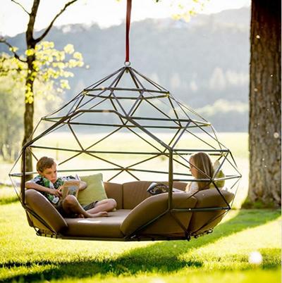 Các thành viên trong nhà sẽ năng động hơn khi có ghế treo êm ái giống tổ chim ở ngoài vườn.