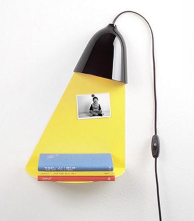Bạn có nhìn nhầm phần giá sách màu vàng với ánh sáng từ chiếc đèn rọi xuống không.