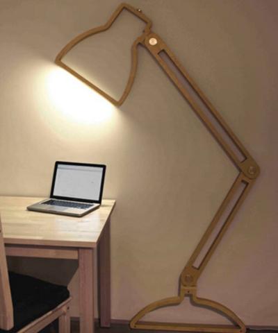 Chiếc đèn gỗ giống như món đồ chơi lại đủ chiếu sáng không gian làm việc.