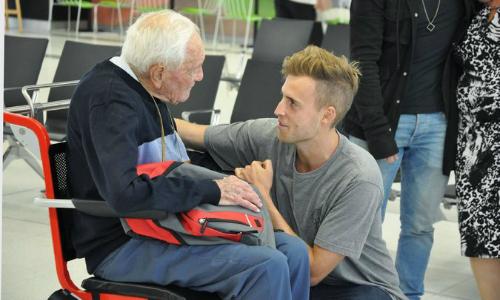 CụGoodall từ biệt cháu trai trước khi bay sang châu Âu tìm cái chết. Ảnh: Ảnh: Nytimes.