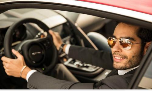 Đàn ông đi xe đẹp, có vẻ ngoài bóng bẩy không được nhiều phụ nữ thích lấy làm chồng. Ảnh:Daily Times.