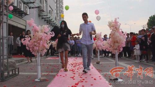 Màn cầu hôn lãng mạn bất ngờ bị phá đám bởi người không ai ngờ tới.Ảnh:Mediachina.