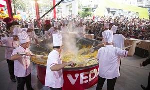 20 đầu bếp thực hiện chảo cơm chiên xác lập kỷ lục Việt Nam