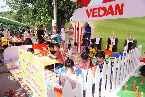 Khu vui chơi rộng lớn với nhiều trò chơi dành cho trẻ em như: vẽ tranh cát, tô tượng, xếp hình, ném vòng, bóng rổ, nhà hơi, bowling&