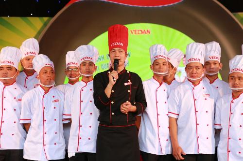Vua đầu bếp Thanh Cường và 20 đầu bếp cùng thực hiện chảo cơm chiên lớn nhất Việt Nam.