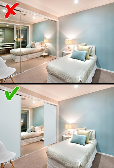 Gương trong phòng ngủ: Gương có nhiều tác dụng như giúp không gian rộng hơn, giúp bạn chỉn chu hình ảnh trước khi ra ngoài. Tuy nhiên, những mảng gương lớn đòi hỏi bạn phải lau chùi thường xuyên và có thể khiến bạn giật mình khi tỉnh dậy vào buổi tối có ánh sáng mờ.