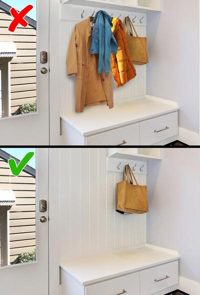 Móc treo đồ: Càng nhiều móc treo, bạn lại càng bày bừa. Bởi vậy, chủ nhà chỉ nên giới hạn số móc treo vừa đủ nhu cầu để một vài thứ thiết yếu nhất.