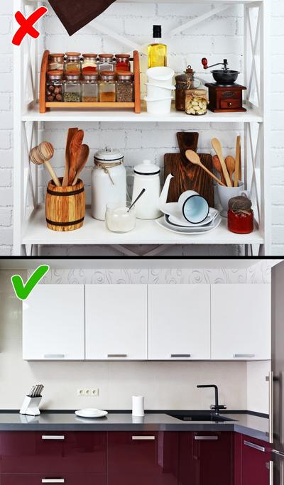Các ngăn để mở: Nhiều người lựa chọn làm các ngăn không có cửa đóng mở để tiện lợi hơn trong việc làm bếp. Tuy nhiên, bạn sẽ phải lau dọn thường xuyên hơn vì bụi bám nhiều và bếp trông lộn xộn nếu có nhiều bát đĩa. Kiểu tủ được che kín là lựa chọn phù hợp với người ít thời gian dọn dẹp.