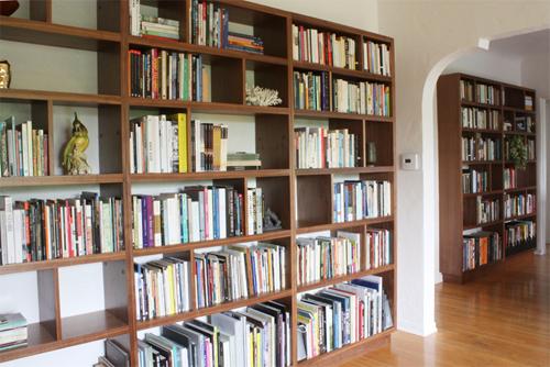 Anh Thành mua tủ sách để hy vọng cả nhà thêm ham đọc nhưng không được như ý. Ảnh minh họa: Tierraeste.