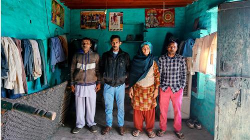 Bà Om 60 tuổi vẫn phải còng lưng phục vụ 7 người con trai và chồng.