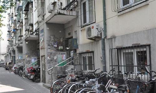 Bên ngoài một khu tập thể sở hữu căn tầng hầm có giá triệu đô. Ảnh: China.org.