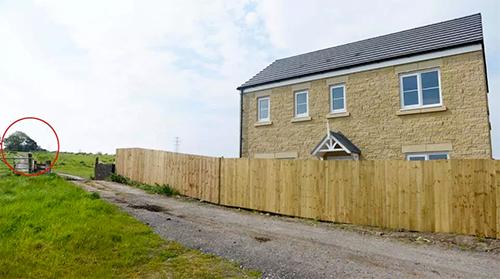 Hàng rào gỗ bị dựng trong những ngày anh Thomas và vợ vắng nhà.