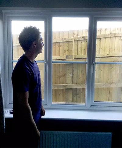 Người trong nhà không còn nhìn thấy khung cảnh thiên nhiên bên ngoài nữa.
