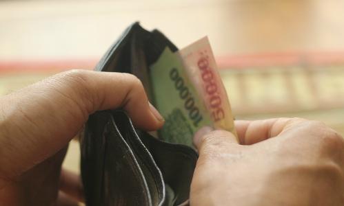 Thu nhập cả vài chục triệu nhưng nhiều lúc anh Hoàng gần nhẵn ví vì chi tiêu không vô tội vạ. Ảnh: MT.