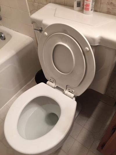 Bồn cầu có 2 bệ ngồi: Trẻ nhỏ sẽ có cảm giác thoải mái hơn với thiết bị vệ sinh phù hợp với kích thước của trẻ.