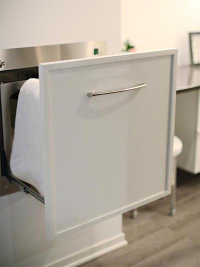 Chiếc ngăn kéo có chế độ giữ ấm giúp khăn luôn được thơm tho.