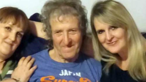 Cara (phải) và Melanie(trái) cùng cha đẻMichael Farrow. Ảnh: 9honey.