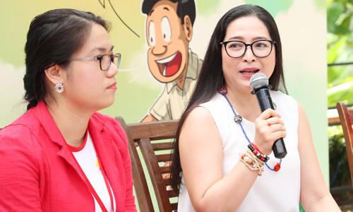 Hai bà mẹ Quỳnh Anh (áo đỏ) và MC Quỳnh Hương chia sẻ về những kế hoạch mùa hè cho con - Ảnh: B.E