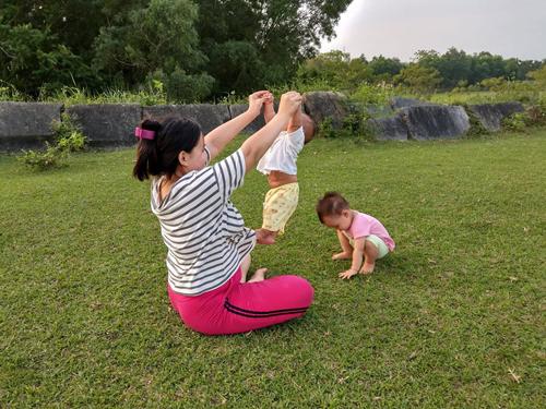 Một buổi chiều bên chân Thành nhà Hồ của ba mẹ con Bích Ngọc. Ảnh: NVCC.