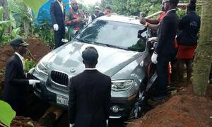 Con trai báo hiếu bằng việc chôn bố trong xe sang mới cứng