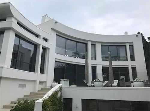 Ngôi nhà 3 tầng với thiết kế hiện đại có thời gian xây dựng kéo dài.
