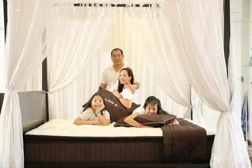 Thúy Hạnh tỉ mỉ chọn lựa những đồ dùng chất lượng cho phòng ngủ gia đình.