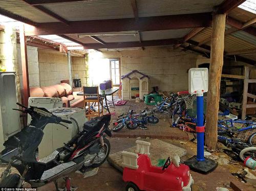 Anh Travis Adam, 34 tuổi (ở thành phố Perth) đã cho một gia đình 6 người thuê căn hộ của mình, từ ba năm trước. Nhưng mới đây anh phải dừng việc cho gia đình này thuê bởi họ liên tục khất lần tiền nhà và lúc về thăm, anh thấy căn nhà hư hại nghiêm trọng.