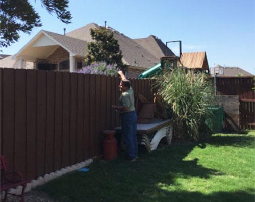 Bức ảnh Margo chụp bố đang bấm điều khiển TV nhà hàng xóm. Ảnh: Twitter.