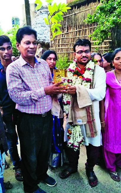 Chú rể 33 tuổi nhận cây non làm của hồi môn từ nhà vợ. Ảnh: Telegraphindia.
