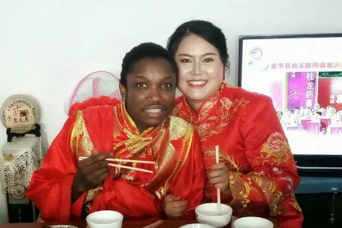 Đám cưới ở ngôi làng hẻo lánh nổi tiếng vì chàng rể da đen - 9