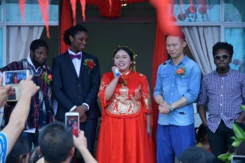 Đám cưới ở ngôi làng hẻo lánh nổi tiếng vì chàng rể da đen - 2