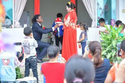 Đám cưới ở ngôi làng hẻo lánh nổi tiếng vì chàng rể da đen - 4