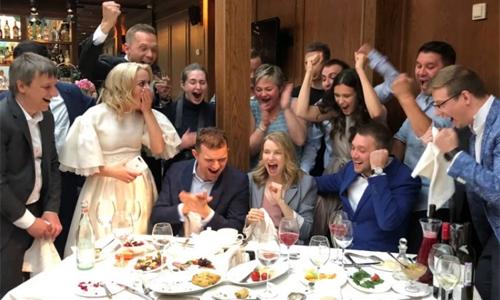 Mọi người vỡ òa trong niềm vui chiến thắng của đội nhà, ngay khi đang ở trong hôn lễ của người thân. Ảnh: Scmp.