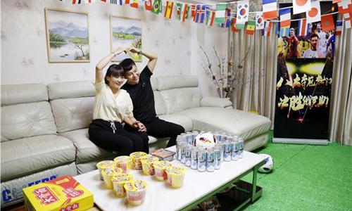 Người phụ nữ sống tại thành phố Trịnh Châu, tỉnh Hà Nam, từ đầu mùa Worl Cup đã lên kế hoạch trang trí phòng khách của gia đình thành một lễ hội túc cầu thu nhỏ.