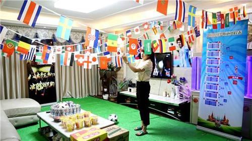 Cô in hình lá cờ 32 quốc gia tham dự mùa World Cup 2018 và treo lên những sợi dây. Lịch trình các trận bóng và hình ảnh thần tượng của chồng - Lionel Messi - được dán xung quanh phòng khách.Thậm chí sàn phòng còn được lát bằng cỏ nhân tạo và đặt một trái bóng ở đó.